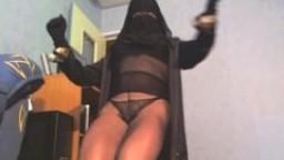 Vue sous la djellaba d'une musulmane voilée en collant - Vidéo x hd