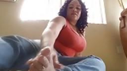 Une mature black sexy montre la plante de ses pieds hd