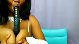 Chocolate Baby: une black à gros seins suce un gode à la webcam hd