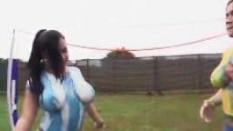 Deux latines à gros culs jouent au football