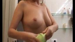 Cette petite salope blonde pisse dans le lavabo de la salle de bain