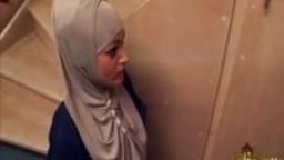 Femme de ménage maghrébine se fait enculer