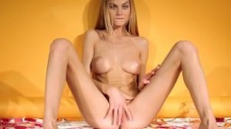 La superbe ukrainienne Nancy A fait un striptease avant de se masturber hd