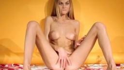 La superbe ukrainienne Nancy A fait un striptease avant de se masturber hd