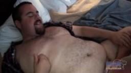 Un bon gros mec poilu se fait baiser sans capote hd