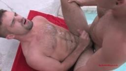 Deux beaux gays au bord de la piscine hd