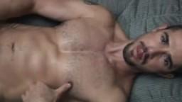 Le beau Dean nous montre ses muscles avant de se palucher hd