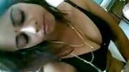 Fille indienne à gros seins filmée par son mec