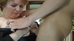 Une grosse femme mature fait une branlette espagnole avant de prendre une éjaculation sur ses gros seins - XXX HD