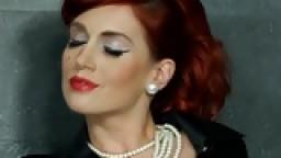 Une rousse élégante se fait baiser la chatte à travers le gloryhole et couvrir de sperme - Vidéo porno hd