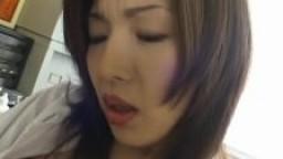 Mai Hanano prend plaisir à se masturber avec un vibromasseur