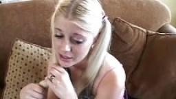 Jeune BabySitter blonde se fait baiser