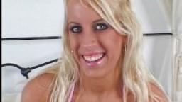 Jeune poupée blonde étouffée et baisée