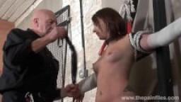 Une jeune amatrice battue dans un donjon privé