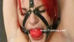 Femme aux cheveux rouges attachée et bâillonnée