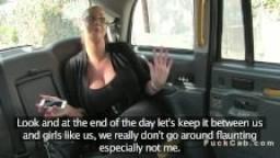 Jeune avec des seins énormes baisée dans un taxi