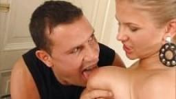 Une allemande blonde à gros seins se fait casser le cul