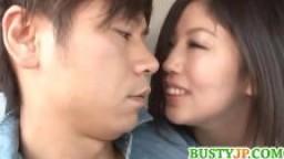 Kaori avec des gros seins suce une bite