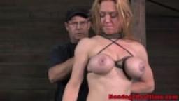 Bondage - Attachée, elle se fait torturer