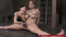 Bondage - Bella Rossi se fait fouetter les pieds