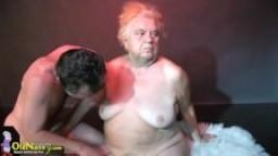 Une vieille grand mère baisée en threesome