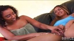Lesbienne avec un piercing à la chatte se fait lécher