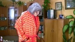 Une grosse grand-mère se fait déchirer