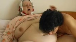 Grosse - Une vieille BGF joue avec une jeune