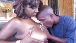 Ebony à gros cul se fait plaisir