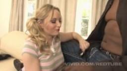 Une jeune femme blanche baise avec son beau père black