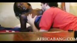 Il lui laboure sa chatte d'africaine et éjacule