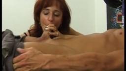 Une rousse baise un bodybuilder à la gym