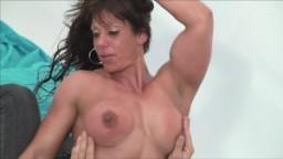 Femme bodybuilder baisée pendant une séance photo