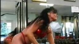 Femme bodybuilder enculée dans une salle de sport
