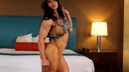 Femme musclée sexy avec un gros clitoris