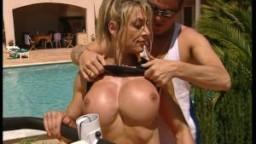 Femme bodybuilder baisée au bord de la piscine