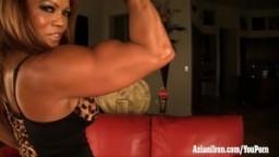 Femme ature bodybuilder joue avec son gros clitoris