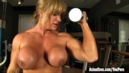 Aziani la femme de fer bodybuilder fait de la musculation nue