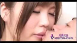 Cette jeune asiatique à gros seins est trop bandante