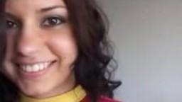 Jeune brunette brésilienne fait ses débuts dans le porno