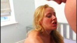 Blonde britannique se fait ouvrir le cul