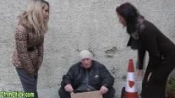 3 belles britanniques sucent un mendiant