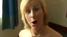 Lara milf britannique se prend une éjaculation faciale