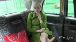Britannique à cheveux courts baisée dans un taxi