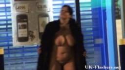 Femmes rondes nues en public