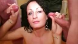 Premières éjaculations faciales pour une brunette anglaise