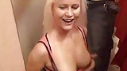Une allemande baisée dans une cabine d'essayage