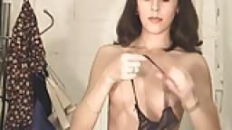 Voyeur - Une femme en collant dans une cabine d'essayage - Vidéo porno amateur