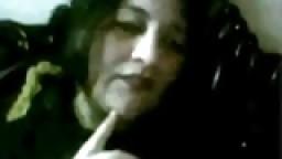 Une arabe mature montre ses gros seins à la webcam