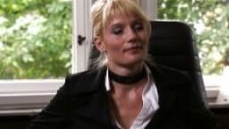 Femme d'affaires allemande prise en gangbang